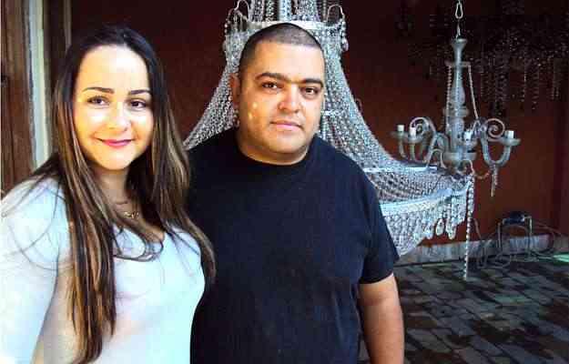 Viviane Almeida e Alan Santos fabricam lustres há três anos, atendendo diferentes perfis de público e gostos diversificados - Joana Gontijo/Portal Uai/D.A.Press