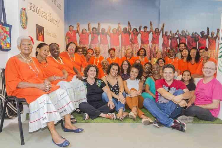 Integrantes do Meninas de Sinhá não esconderam a emoção e a alegria com a nova casa. Em suas palavras, o próprio coração foi redecorado - Raquel Mendes/Divulgação