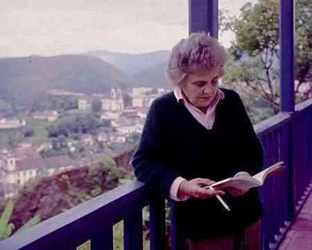 Elizabeth Bishop na varanda da Casa Mariana, em Ouro Preto, em 1970 - O Cruzeiro/Acervo EM