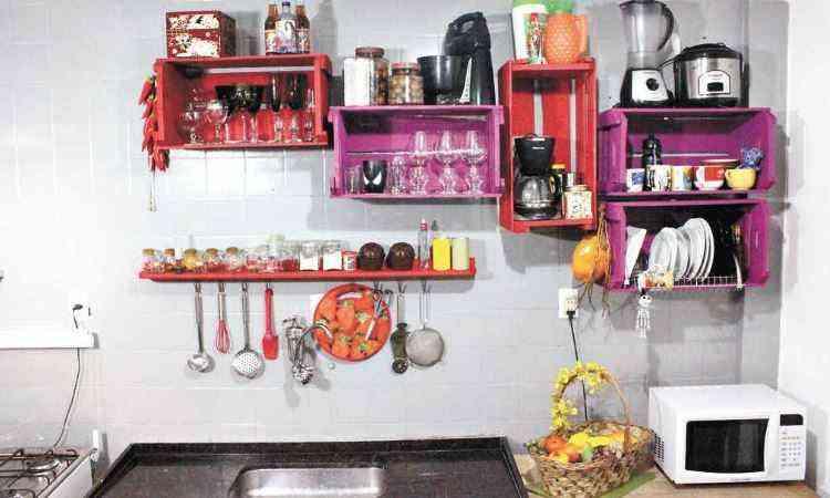 Solução para ter tudo a mão na parede da cozinha - Casadefilo.worpress.com/reprodução da internet