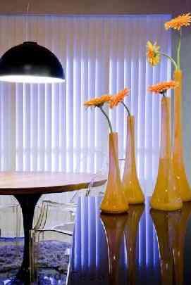 As peças em vidro amarelo contrastam com o aparador em laca preta e complementam a composição do ambiente - Divulgação