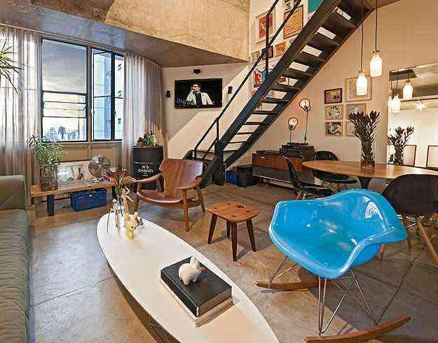 Para dar um toque sofisticado a um descolado loft, a arquiteta Marina Dubal especificou a poltrona Diz e o banco Sônia, de Sérgio Rodrigues - Henrique Queiroga/Divulgação