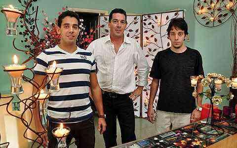 Willer, Osvaldo e Gabriel, da Chama e Cheiro, trabalham com criação, venda e aluguel de velas e castiçais há nove anos - Eduardo de Almeida/RA Studio