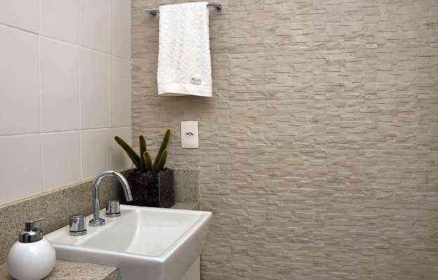 Em área molhada, o revestimento deve ser específico para uso em contato com água - Eduardo de Almeida/RA studio
