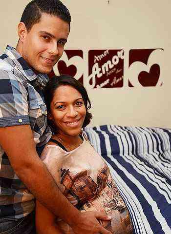 Allysson e Nathalia usaram adesivos para criar uma cabeceira para a cama - Thiago Ventura/Portal Uai/D.A Press