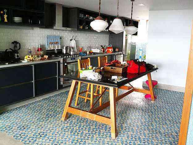 Luminárias, mesa e piso originais, na cozinha - Motta & Gruner/Divulgação