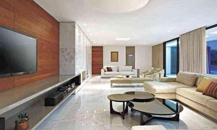 Ambiente com piso em mármore branco: um clássico na decoração - Jomar Bragança/Divulgação