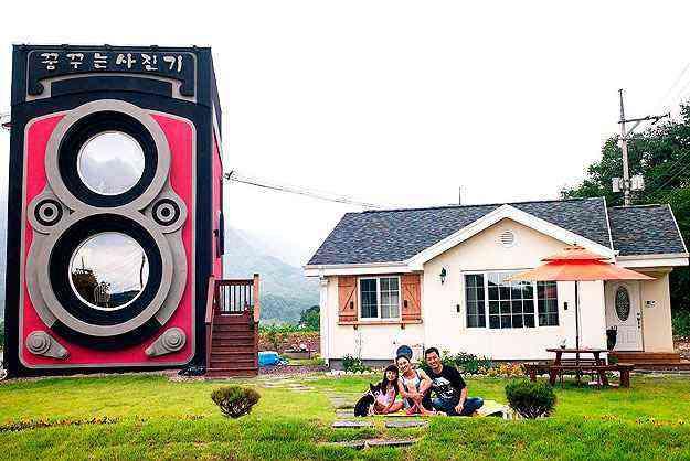 O dono do café, Park Sung-Hwan, com a esposa e filha - Reprodução da Internet/facebook.com/cafedreamy