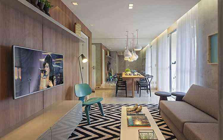 Inseridos na mesa de centro da sala de estar, os livros ajudam na composição deste ambiente executado pelo escritório Óbvio Arquitetura - Ricardo Queiroga/Divulgação
