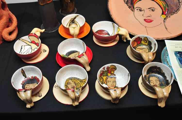 Xícaras de cerâmica com referências femininas, como Frida Kahlo e Carmem Miranda - Gladyston Rodrigues/EM/D.A Press