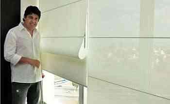 Luiz Felipe Rodrigues Cornélio, da Ana Luiza Decorações, mostra um modelo de tela solar no estilo romano - Eduardo Almeida/RA Studio
