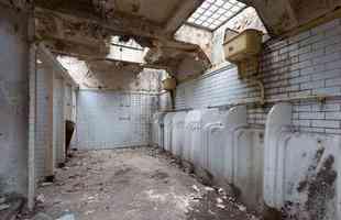 Arquiteta faz de banheiro abandonado sua bela e confortável morada. Laura Clark aproveitou o ambiente subterrâneo esquecido em Londres para conceber a própria casa, que não deixa nada a desejar em relação às habitações convencionais. Na foto, o lugar antes da reforma