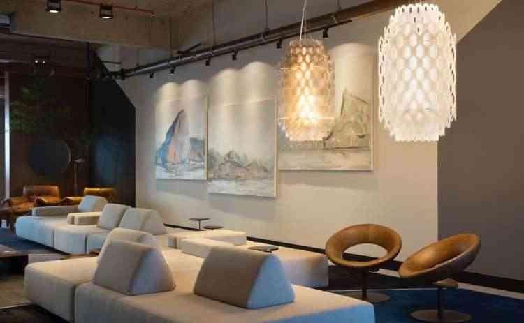 Na composição de Laura Santos, destaque para as duas luminárias Slamp, de design italiano, lançamento da Feira de Milão deste ano - MCA Studio/Divulgação
