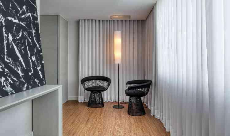 Iluminação natural e artificial podem ser complementares, como nesta composição do arquiteto - Gustavo Xavier/Divulgação