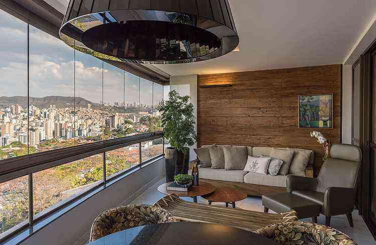 Projeto do arquiteto Luís Fábio Rezende de Araújo aproveita a varanda como área de relax - Daniel Mansur/Divulgação