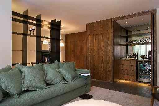 Arquiteta Graziella Nicolai aposta no verde do sofá de linho e no bar/adega que pode ser camuflado com painel de madeira - Jomar Bragança/Divulgação