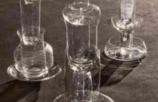 Designers usam peças de vidro reaproveitadas para criar belas luminárias coloridas. A dupla holandesa Sander Wassink e Ma'ayan Pesach reutiliza materiais de segunda mão para conceber objetos únicos e personalizados