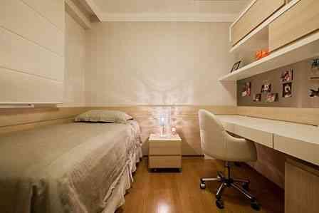 Neste quarto, a arquiteta Marina Dubal revestiu parte das três paredes com lâmina de madeira natural - Henrique Queiroga/Divulgação