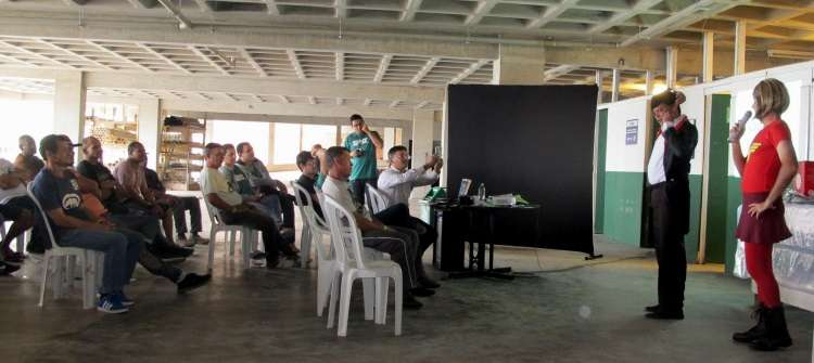Colaboradores da obra do Veredas Tropical, do grupo EPO, usam peça de teatro para falar sobre segurança no trabalho - Arquivo Pessoal