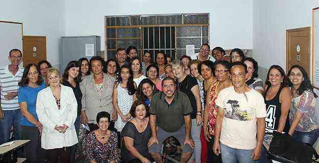 Grupo de artistas e artesãos que participam do evento - Santa Tereza Tem/Eliza Peixoto/Divulgação