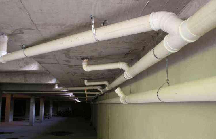 Tubulação hidráulica com vazamento é uma das causas para o desperdício de água em casa  - Gladyston Rodrigues/EM/D.A Press - 20/11/07