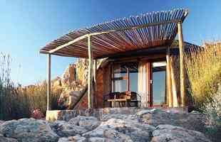 'Hotel caverna' na África envolve os visitantes no incrível mundo da Idade da Pedra. As acomodações instaladas dentro de formações rochosas levam o hóspede a experimentar  momentos no melhor estilo Flintstones