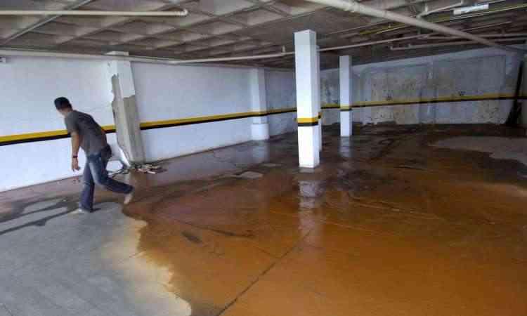 É importante manter sempre os canos e calhas limpos para evitar que a acumulação de detritos provoque alagamentos nas garagens dos prédios - Jair Amaral/EM/D.A Press