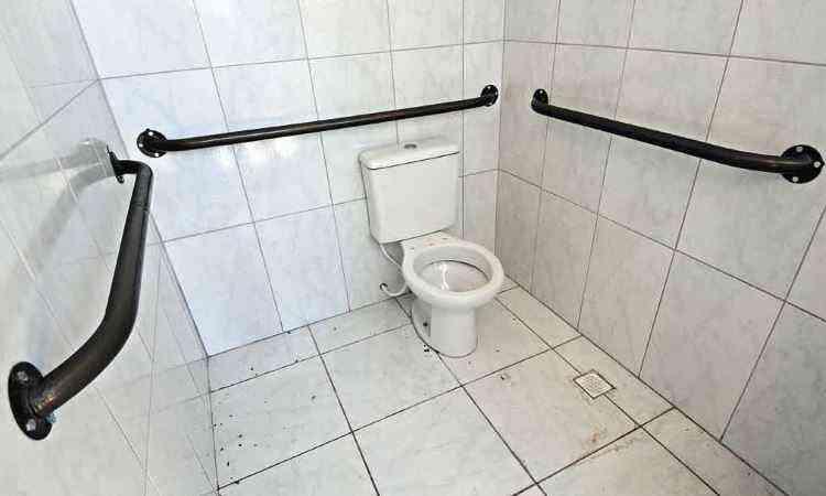 Banheiro da área social foi construído com barras de apoio - Beto Novaes/EM/D.A Press 28/1/14