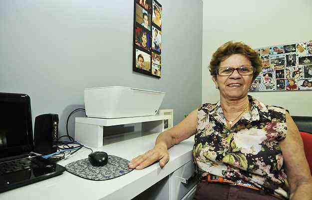 Cesarina Lima Salvador, de 68 anos, criou um cantinho para a escrivaninha, computador e impressora - Ramon Lisboa/EM/D.A Press