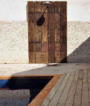 Para instalação em áreas externas, material precisa ser tratado com verniz especial e manutenção frequente - Eduardo de Almeida/RA studio