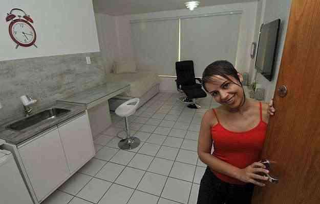 Há 10 anos, a neuropsicóloga Luciana Alves mora em um apartamento de 24 metros quadrados e diz não sentir falta de espaço - Juarez Rodrigues/EM/D.A Press