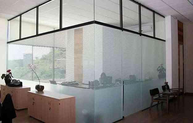 No escritório, na mesa e na sala (foto abaixo), material renova o visual e garante privacidade, em projetos de Pedro Raggi  - Lux Glass/Divulgação