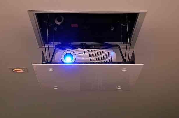 Recorrer a projetores embutidos, acionados por controle remoto, garante a boa estética da decoração - Eduardo de Almeida/RA Studio
