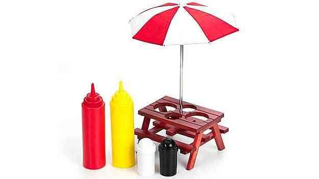 O Kit para temperos vem com uma mesinha e um guarda sol, no estilo picnic. Ele tem espaço para o ketchup, mostarda, sal e pimenta e custa R$ 74,90  - Divulgação