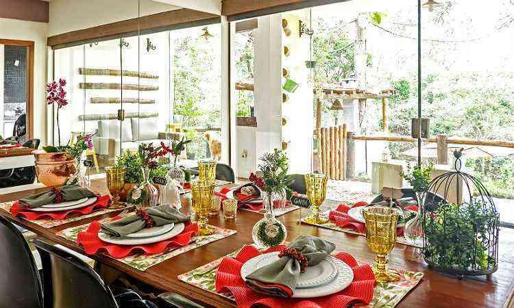 A gaiola com plantas artificiais ganha lugar de destaque e leva a natureza para perto dos convidados na grande ceia de confraternização - Osvaldo Castro/Divulgação