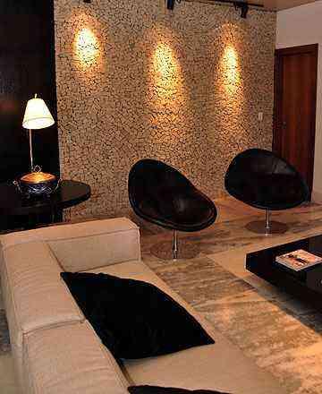 Nas paredes, as lajotas reforçam o estilo rústico, mas com leveza de detalhes, além de permitir criação  de mosaicos, técnica em alta nos imóveis brasileiros - Eduardo Almeida/RA Studio