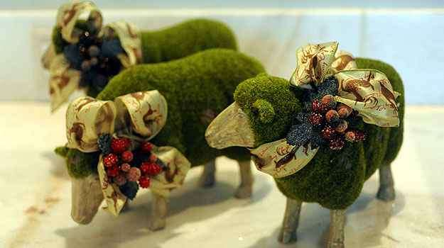 Ovelhas em madeira e grama sintética, enfeitadas com laços temáticos - Leandro Couri/EM/D.A Press