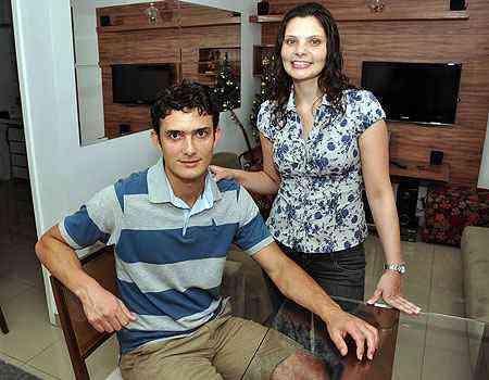 Ricardo Abrantes e sua mulher, Camila, concretizaram o sonho de comprar a casa própria no Bairro Cabral, em Contagem - Eduardo de Almeida/RA Studio