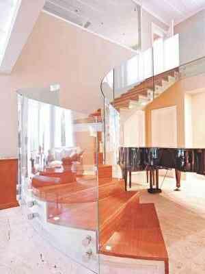 Escada helicoidal repaginada com o guarda-corpo em vidro remete ao luxo - Ideia Glass/Divulgação