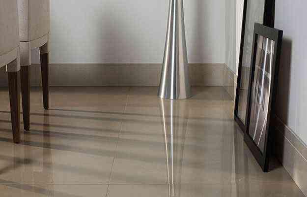 Tom do rodapé difere do piso e da parede e combina com outros itens da sala  - Portobello/Divulgação