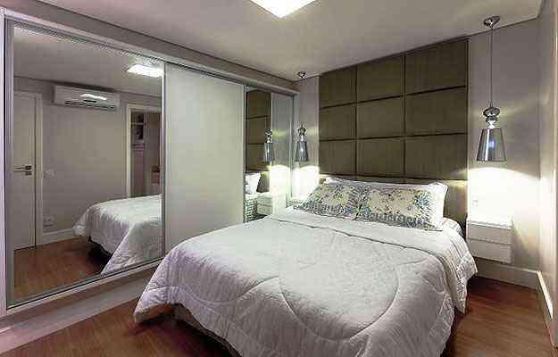Os tons claros e o espelho ajudam a dar uma sensação de maior amplitude ao quarto neste projeto de Fabiane Bello - Cláudio Andrade/Divulgação