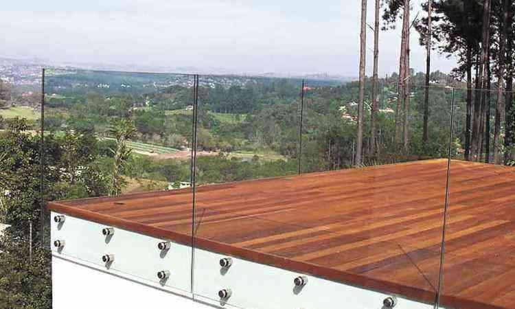 Na varanda, o guarda-corpo em vidro dá sensação de amplitude e traz o verde para dentro de casa - Ideia Glass/Divulgação