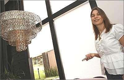 A fotógrafa Lúcia Adverse instalou em sua casa persiana acionada por controle remoto - Gladyston Rodrigues/AO CUBO Filmes