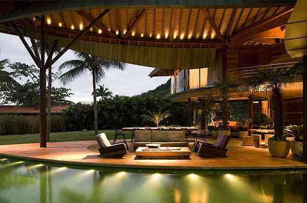 Piscina atravessa a varanda e cria um espelho d'água entre a casa e a vegetação - Mareines Patalano/Divulgação
