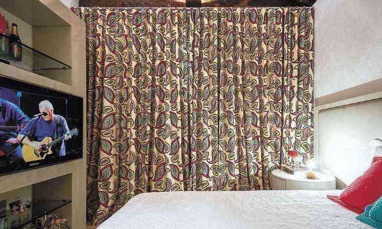 Para Melina, um ambiente com cortina estampada transmite mais o gosto da pessoa e foge do normal -