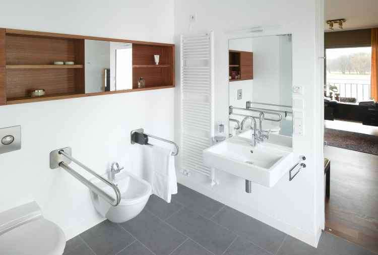 O banheiro, ambiente com risco de quedas, precisa ser todo adaptado para aumentar a segurança - Duravit/Divulgação
