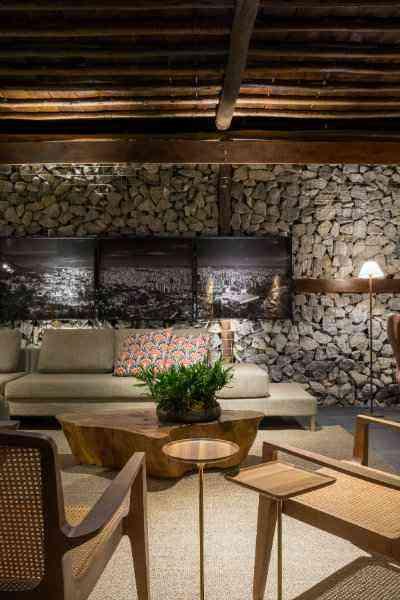 No living de fazenda, Melina Mundim a madeira encontra-se no pergolado, mesas de centro e também no piso - Rodrigo Tozzi/Divulgação