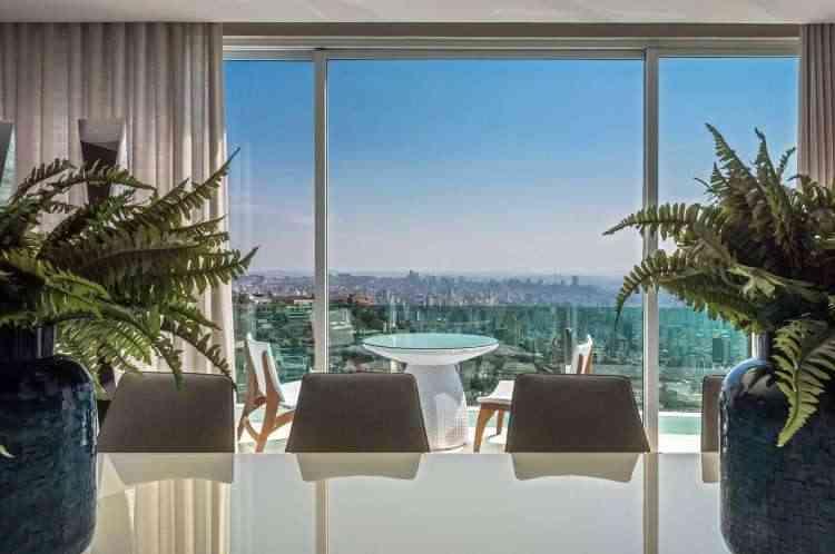Projetos da arquiteta Estela Netto buscam o equilíbrio entre a luz natural e artificial para a composição dos ambientes - Daniel Mansur/Divulgação