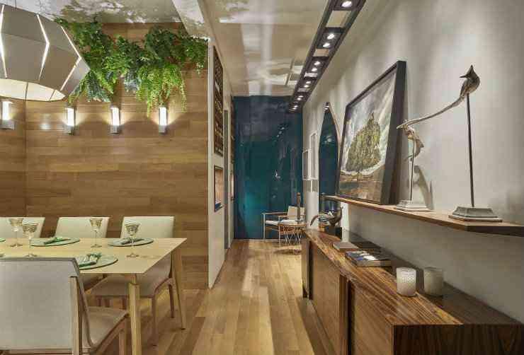 Na sala de jantar da Casa Cor, a designer Laura Santos ousou ao misturar vários tipos de madeiras num só ambiente - Jomar Bragança/Divulgação