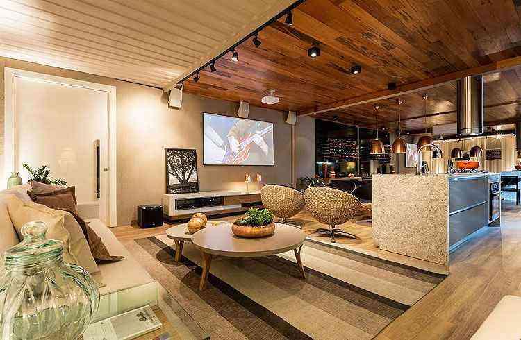 Lounge e cozinha do chef, da designer de interiores Flaviane Pereira, convida a momentos de lazer entre amigos e família - Osvaldo Castro/Divulgação